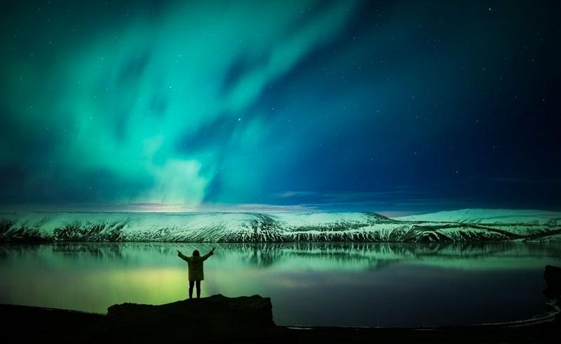 iceland-reykjanes-peninsula-northern-lights-rth.jpg